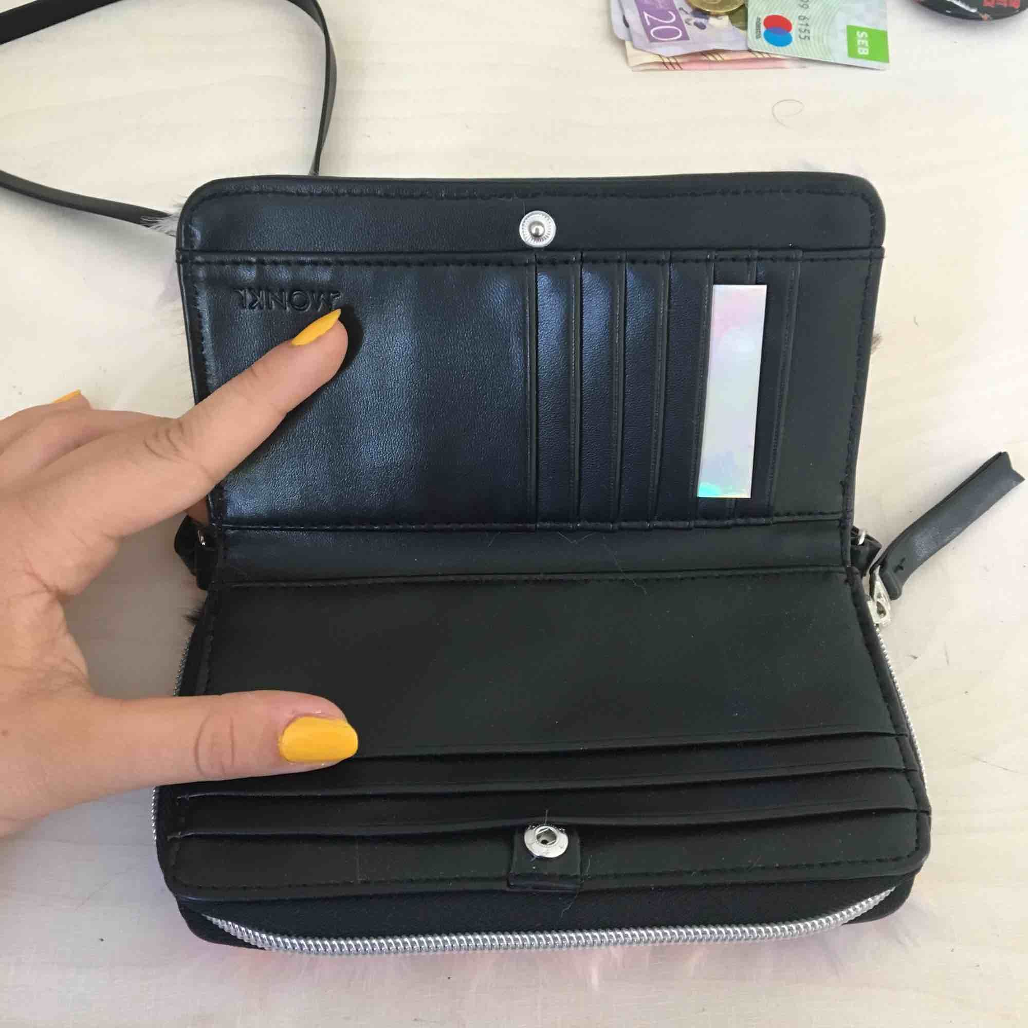 Cool plånbok/ axelrämsväska med fuskpäls från Monki. Helt oanvänd. 18kr frakt.. Accessoarer.