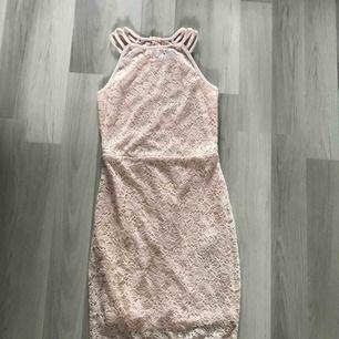 Jättegullig rosa spetsklänning som formar sig efter kroppen - jättefint! Strl 34. Finns en liten fläck på magen men som går bort i tvätten. Möts i Gustavsberg/Nacka eller så tillkommer frakt.