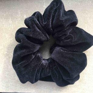 Jättefin svart scrunchie i sammet. 9 kr frakt💗