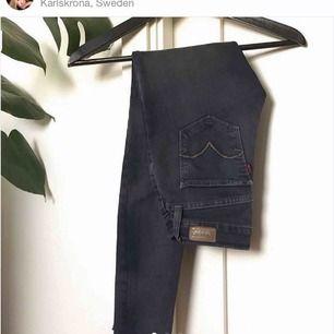 Grå/svarta jeans från Levis, knappt använda i mycket bra skick!