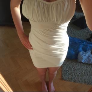 Superfin vit klänning i storlek XS. Aldrig någonsin använd och därför helt i nyskick.🌻 Passar perfekt till det mesta, sitter fint på. Beställd från Nelly🌸