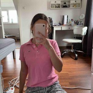 Rosa tröja med tre knappar ifrån Lacoste, passar dem som har SX/S vanligtvis. Köparen står för frakt!