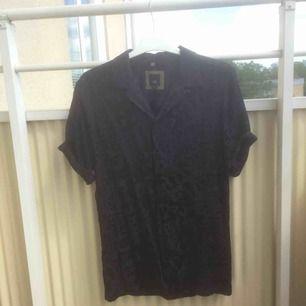 Mörkblå skjorta i korta armar och sidenliknande material, faller fint, perfekt för sommarkvällar🌝