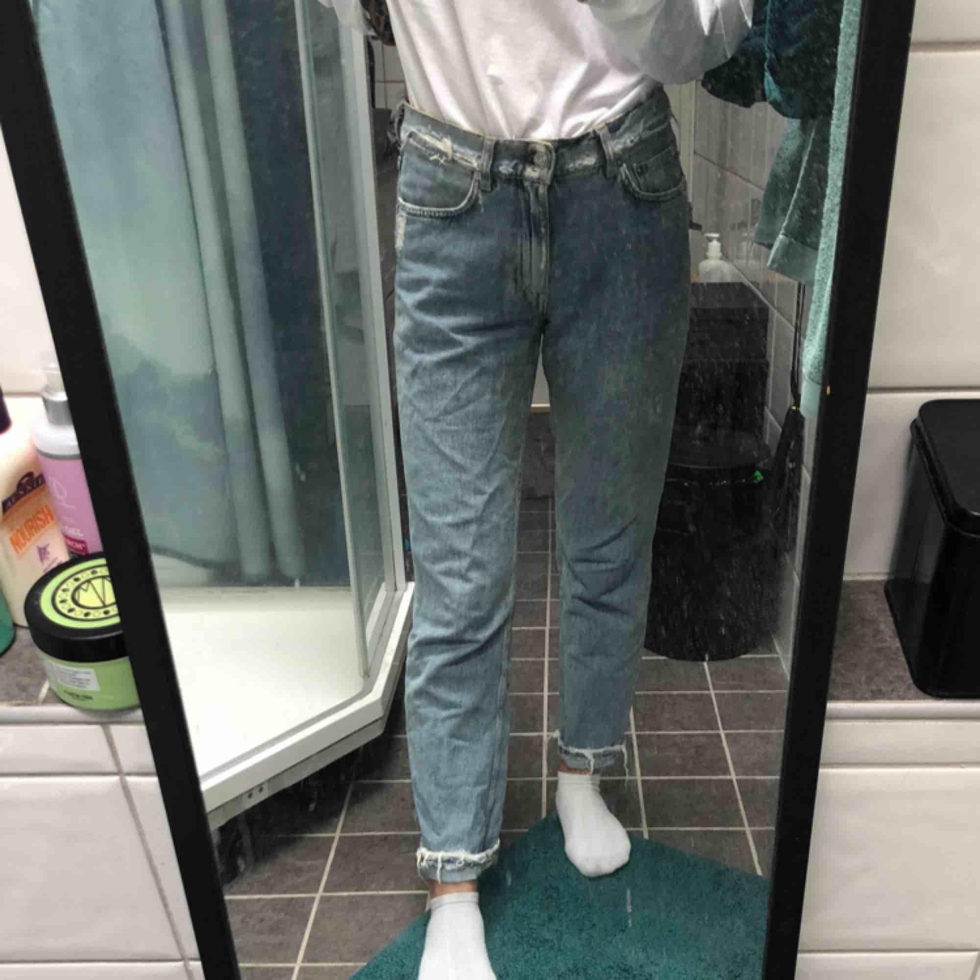 skit snygga acne jeans😫 köpta här på plick men var förstora för mig som är en w25 frakten ligger på 63💌 dem är raka i modellen, dm för frågor eller fler bilder. Jeans & Byxor.