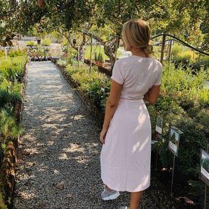 Rosa klänning i storlek 34, passar även 36!!!  Superfint skick. Från NAKD, Andrea Hedenstedts sommarkollektion 18. Säljes pga för liten efter op.