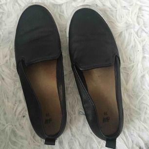Skor från H&M i läderimitation. Köparen står för frakt.