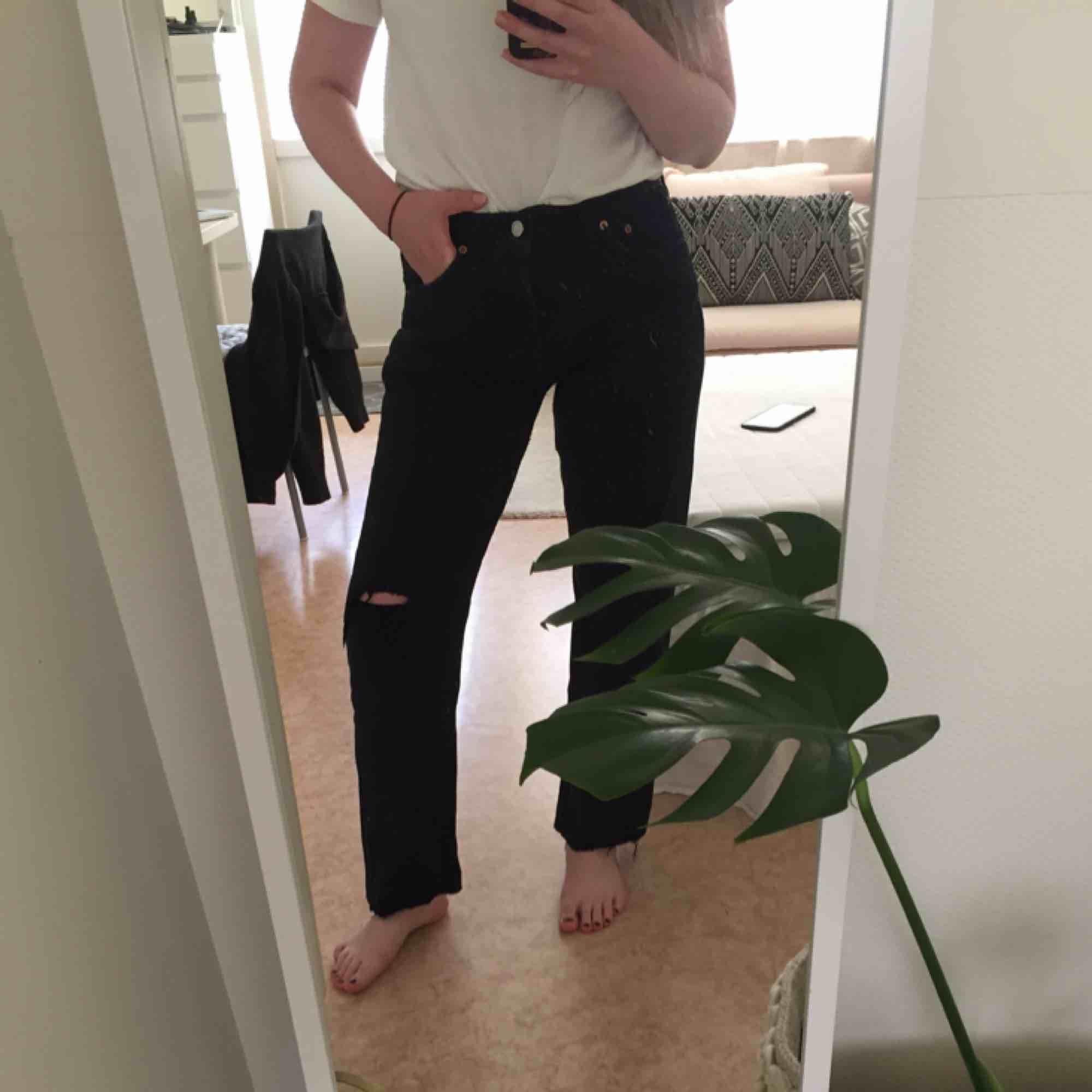 Levis 501:or i strl 32, dock lite mindre och passar strl M. Frakt 63 kr ✨. Jeans & Byxor.