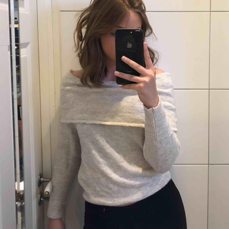 En fin beige stickad off shoulder tröja.  Bra skick! Betalning via Swish. Kan frakta men då står köparen för frakten!!. Stickat.