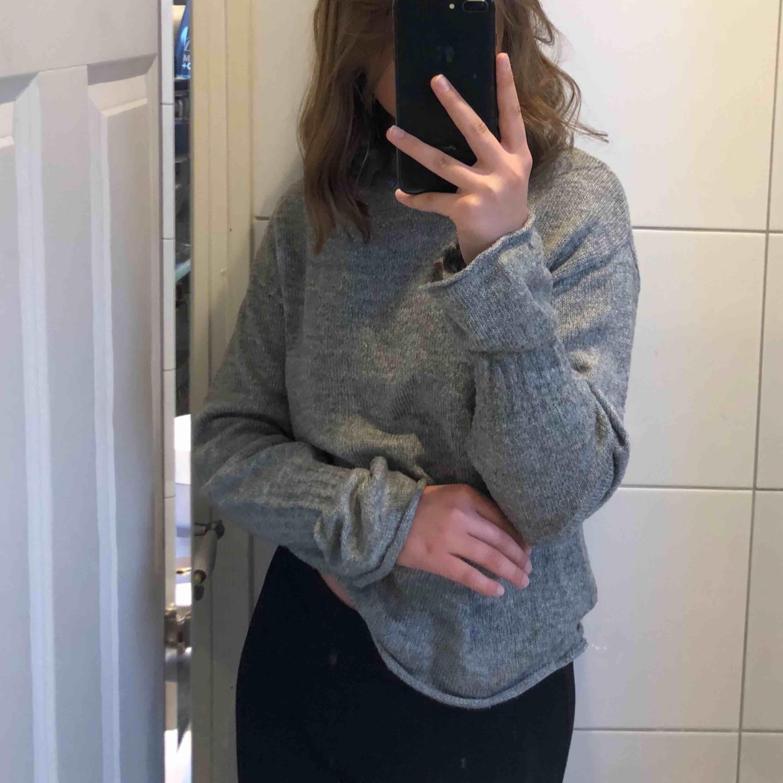 En grå stickad tröja, betalning sker via Swish, kan frakta men då står köparen för frakten!!. Stickat.