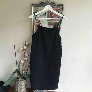 Perfekt partyklänning för sommaren! Sparsamt använd. Skickar mot spårbar frakt (63kr) eller möter upp i centrala GBG! 💐