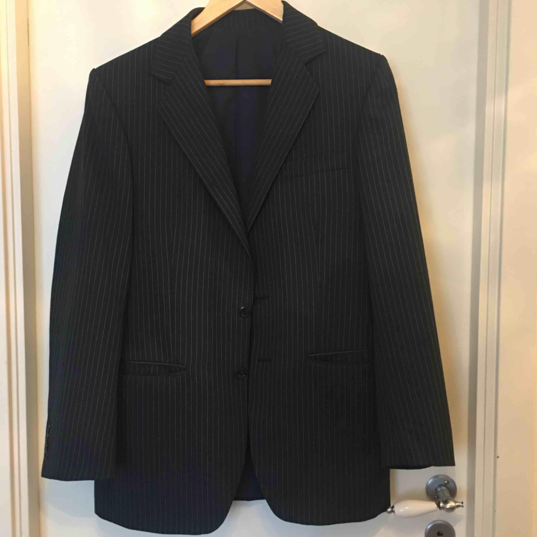 säljer både kavajen och byxorna för endast 500kr Byxan är strl 30 runt midjan och kavajen är i size M/48. Kostymer.