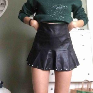 Svart läder kjol från mango i mycket bra skick
