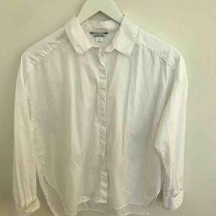 Oanvänd skjorta. Lite större i modellen.
