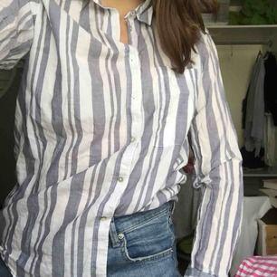 Skjorta från Gina tricot i mycket bra skick. Frakt ingår ej i priset