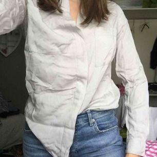 Grå skjorta i mycket bra skick från Gina tricot. Frakt ingår ej i priset