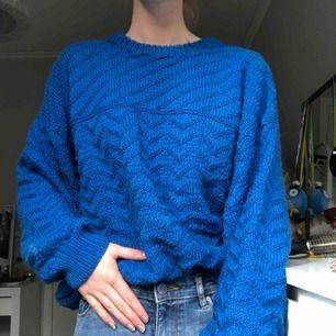 Kornblå stickad tröja ifrån 70 talet. Aldrig använd utav mig, men eftersom att den är secondhand är den inte oanvänd, men i bra skick! Säljer även likadana i turkos och röd! 💙