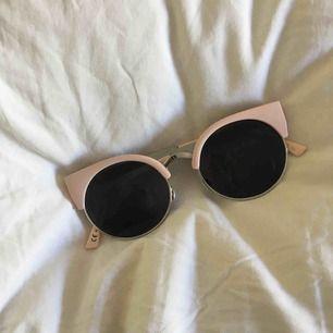 Sjukt fina solglasögon, köpta på Monki för 120kr. Som nya💗