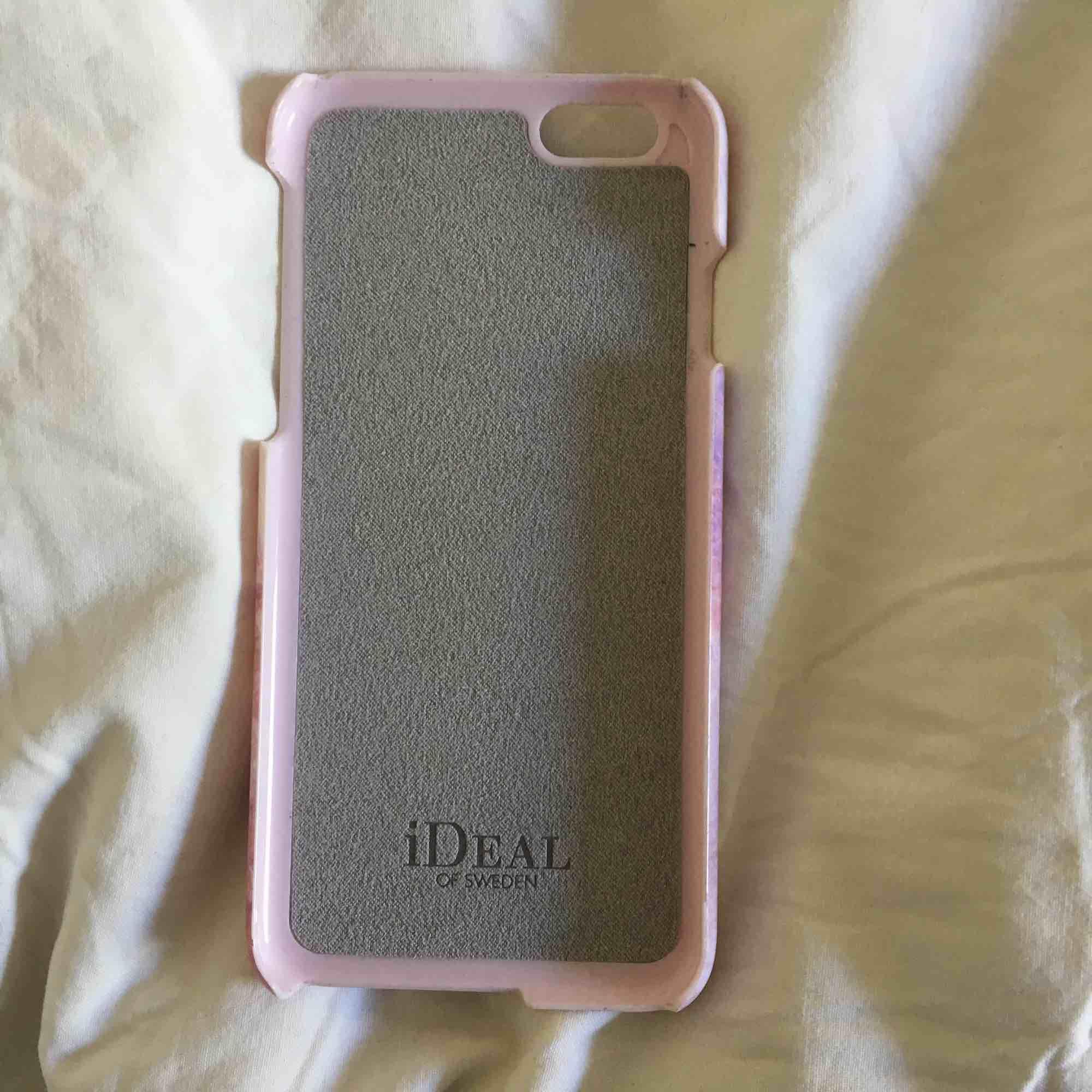 Trendigt Ideal of Sweden skal till iPhone 6 och 6s med fint rosa marmormönster. Inga repor eller något sånt.💗. Accessoarer.
