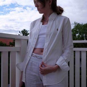 Vit Ralph Lauren skjorta, använd några få gånger så i perfekt skick. Funkar på mig som varierar mellan XS och S.