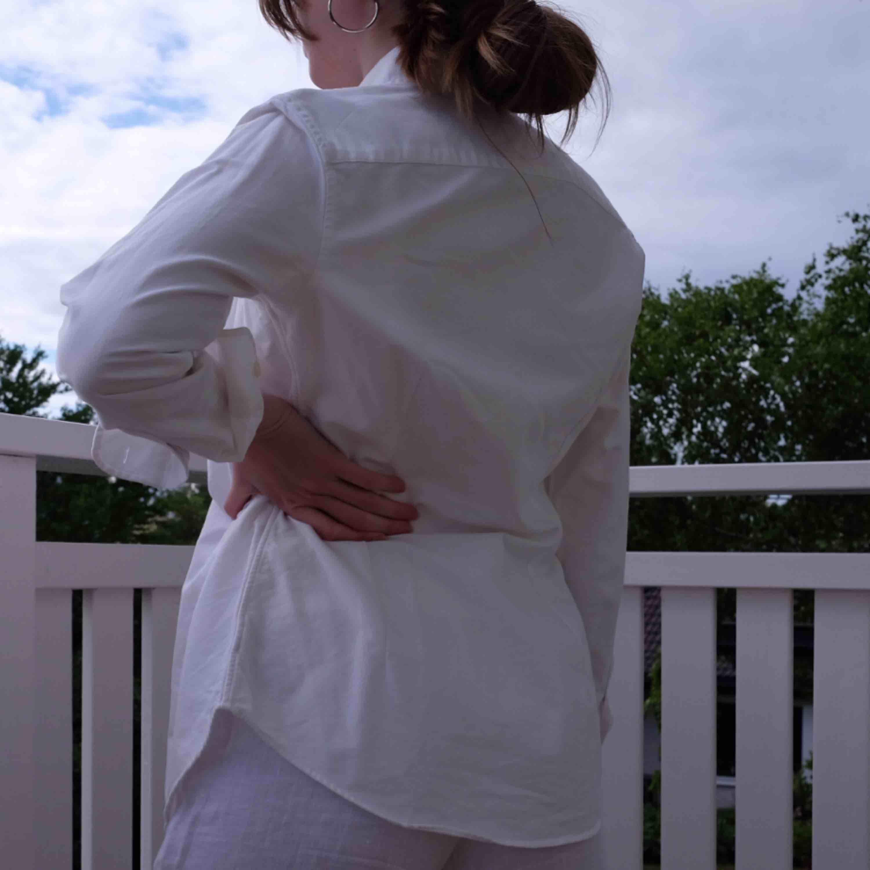 Vit Ralph Lauren skjorta, använd några få gånger så i perfekt skick. Funkar på mig som varierar mellan XS och S. . Skjortor.