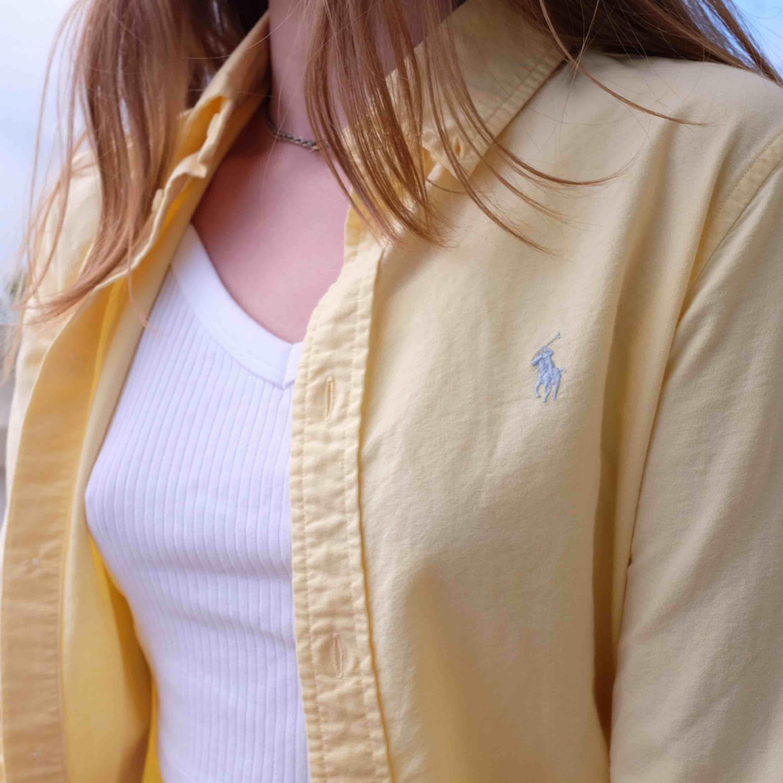 Ljusgul Ralph Lauren skjorta, använd nån gång så ser helt ny ut. Funkar på mig som varierar mellan XS och S. . Skjortor.