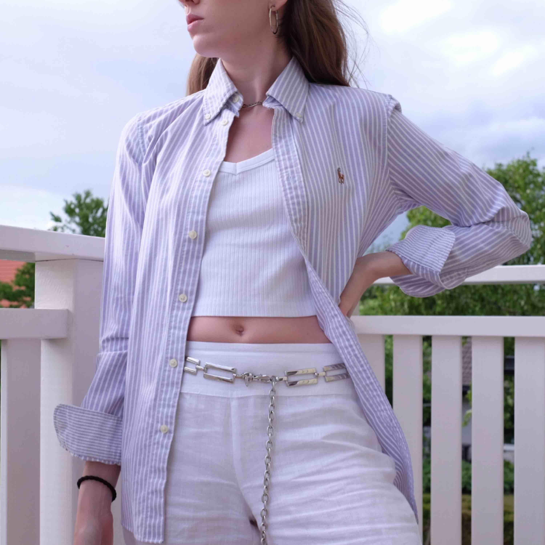 Ljuslila randig Ralph Lauren skjorta, använd nån gång så ser helt ny ut. Funkar på mig som varierar mellan XS och S. . Skjortor.