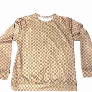 Gucci inspirerad tröja. Storlek s men sitter som M/L .   150kr. Frakt 63 så totalt 213kr.   Betalning via swish.