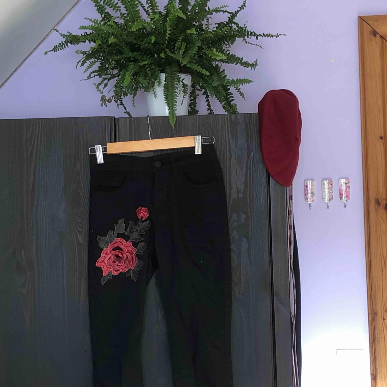 svarta skinny jeans med 3D-blomma på ena låret🌺. Jeans & Byxor.