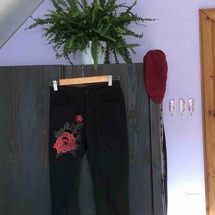 svarta skinny jeans med 3D-blomma på ena låret🌺