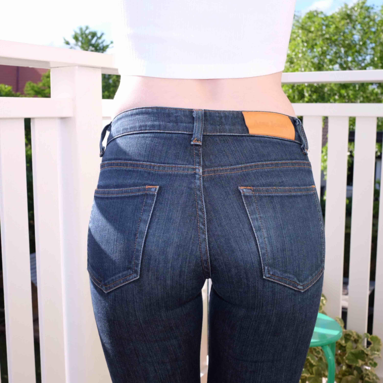 Acne jeans, använd max 5 gånger kanske men haft dom ganska länge så läderlappen har hunnit mörkna lite. Ganska rak modell, mid-rise, jag är 167 och har väldigt långa ben, brukar ha 34 i längd och dessa är bra i längd för mig. . Jeans & Byxor.