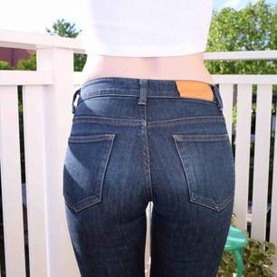Acne jeans, använd max 5 gånger kanske men haft dom ganska länge så läderlappen har hunnit mörkna lite. Ganska rak modell, mid-rise, jag är 167 och har väldigt långa ben, brukar ha 34 i längd och dessa är bra i längd för mig.