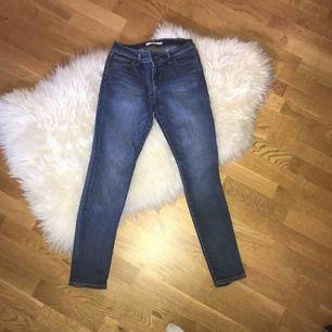 Säljer mina Levis jeans, i modellen 711 skinny. Dom är i en fin blå färg och har inga slitningar eller fläckar. Dom är knappast använda. Ny pris är 999 kronor.