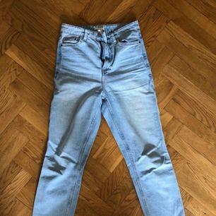 Raka jeans (modell Mom-jeans) från H&M. Inget att anmärka på - endast använda en gång. Strl 34. Nypris 500 kr. Priset är inklusive porto.