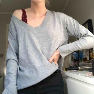 Ljusgrå v ringad tröja, sparsamt använd 🦢