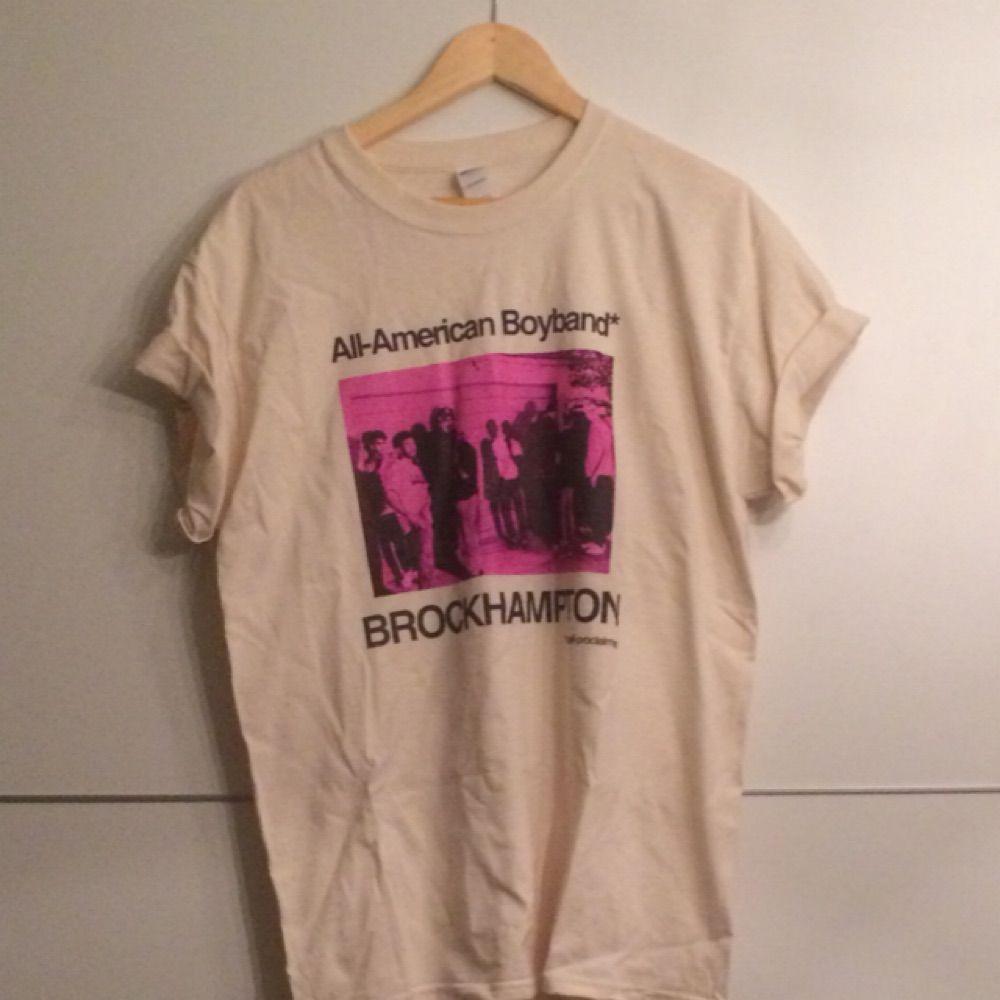 Brockhampton tshirt, säljer pga för stor, aldrig använd. Pris exklusive frakt. T-shirts.