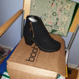 Nya tjejen skor original butikpris 499 storlek 37 på eskilsvägen i Handen swish och kontanter tack