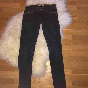 Säljer ett par Hollister jeans. Dom är mörkblåa och helt i nyskick. Använda en gång. Sjukt sköna och låg midjade.