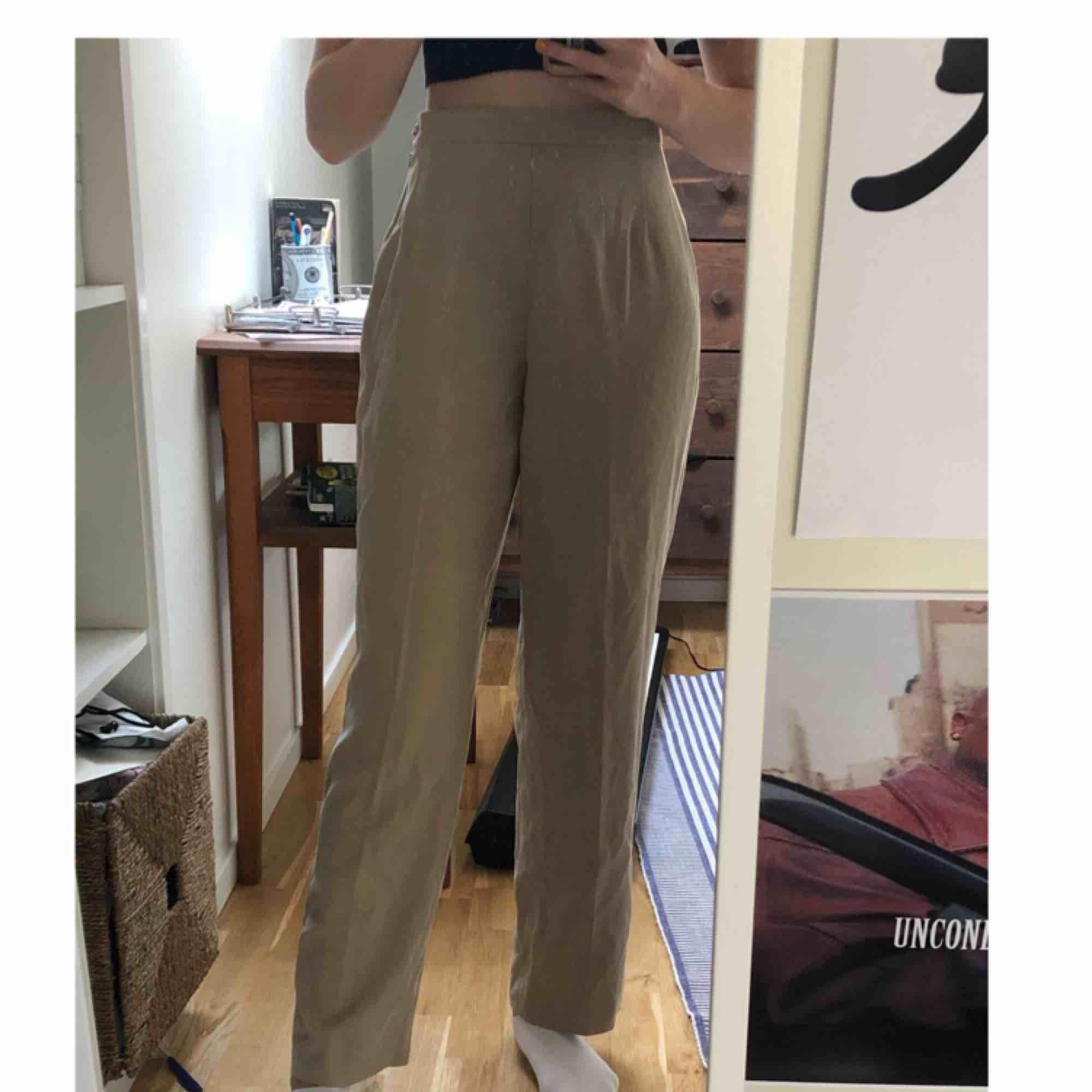 Svinsnygga beigea kostymbyxor i väldigt skönt material! Aldrig använda, bara provade. Kan mötas i Stockholm eller frakta (då delar vi på fraktkostnaden)!. Jeans & Byxor.