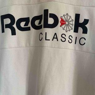 Superfin långärmad tröja från Reebok. Knappt använd då den är för stor på mig, står XS men skulle säga att det är en stor S! Fint skick!