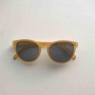 Helt nya, oanvända solbrillor från &other stories! Skyddspåse medföljer. Skickar mot frakt eller möter upp i centrala GBG :)