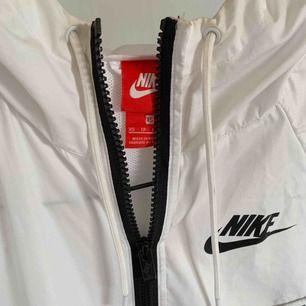 Supersnygg vindjacka från Nike! Köpt förra hösten och är knappt använd då det inte va min stil. Bra o fint skick !
