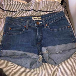 Super snygga jeans shorts från acne jeans. Priset kan diskuteras vid snabb affär. Säljer på grund av att dom aldrig kommer till användning.