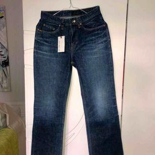 Mörkblåa, vida jeans från Tiger of Sweden. Aldrig använda med prislapp kvar, originalpris 1499:-   Strl: 27/30