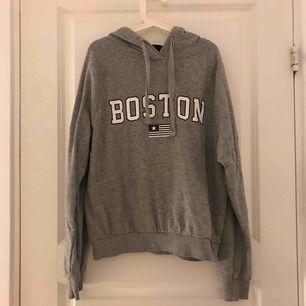 Grå hoodie med en detalj på framsidan där det står Boston. Använd två gånger och den är som helt ny. Säljer då jag inte använder den längre.