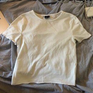 Snygg t-shirt med lite vågiga ändar på armarna och på nedre delen av tröjan. Säljer på grund av att den är för liten (obs liten i storleken så kan passa en XS)