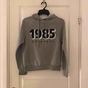 Grå hoodie som är använd endast en gång! Den är som helt ny.