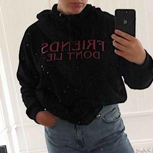 Snygg svart hoodie från bikbok med strangerthings citat. Köptes för ca 400 kr