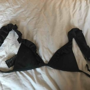 Så fin bikini från hm med volang. Köptes för 150kr och är så gott skick som ny. Passar storlek XS, frakt tillkommer