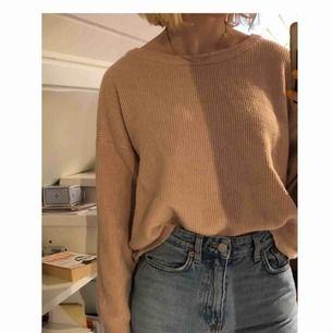 Mysig tjocktröja från Zara knyten med rosett i ryggen! Bra skick, använd fåtal gånger:) Kan mötas i Sthlm eller frakta (då delar vi på fraktkostnaden)