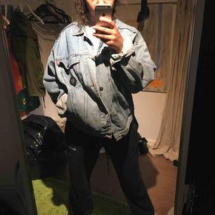 En snygg oversized jeansjacka köpt för 300kr på second hand. Jackan är från märker casucci. Jag vet dock inte vad storleken är men skulle gissa på M/L då den är oversized på mig med S.